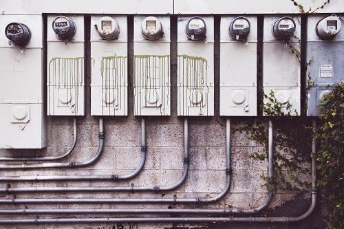 alte Elektrokasten und Stromleitungen